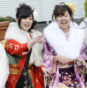 Japanese women in kimonos play amusement park games in Tokyo on January 11, 2010, to celebrate their entry into adulthood on the annual Coming-of-Age Day. Some 1.27 million people who turned 20 celebrated across Japan as the country recognises the age when one officially becomes an adult. AFP PHOTO/Yoshikazu TSUNO